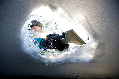 Woman clearing snow of windshield - p1231m1043133 by Iris Loonen