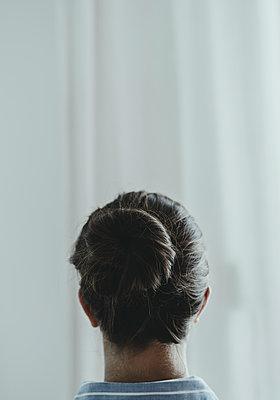 Junge Frau von hinten mit zusammengesteckten Haaren - p1564m2184864 von wpsteinheisser