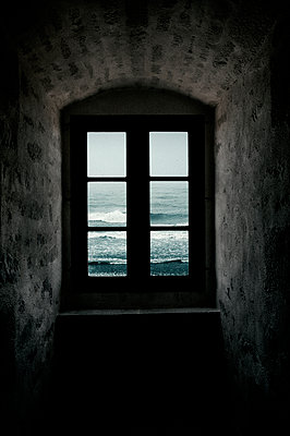 Window with sea view - p470m2053088 by Ingrid Michel