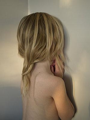 Girl hiding face in a corner - p945m1161581 by aurelia frey