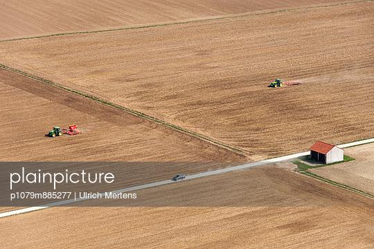 Zwei Traktoren IV - p1079m885277 von Ulrich Mertens