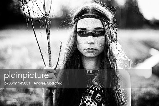 Indianerfrau - p796m1145831 von Andrea Gottowik