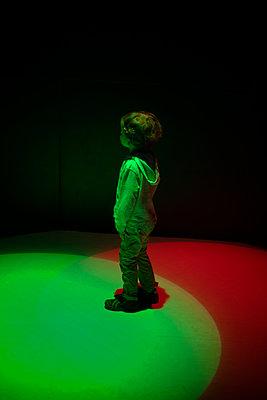 Young boy under spotlights - p1028m2021690 von Jean Marmeisse