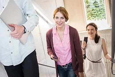 Gruppe Studierende in Bibliothek - p1284m1452110 von Ritzmann