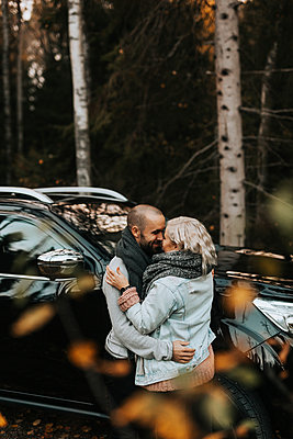 Couple hugging in front of car - p312m2249515 by Jennifer Nilsson