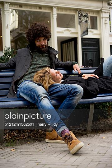 Paar auf der Bank im Kiez - p1212m1502591 von harry + lidy