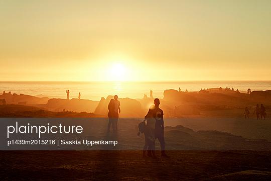 Paare bei Sonnenuntergang am Strand - p1439m2015216 von Saskia Uppenkamp
