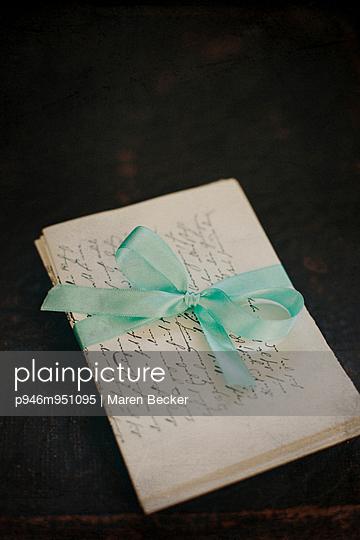 Mit einer Schleife zusammengeschnürte Briefe - p946m951095 von Maren Becker
