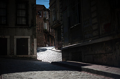 Light and shade - p1007m959857 by Tilby Vattard