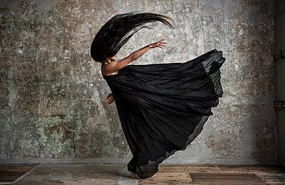 Female dance in black dress - p1139m2210738 by Julien Benhamou
