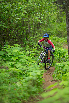 Miles Wheatcroft finding his rhythm on two wheels on the Syringa trails near Sandpoint, IDaho. - p1166m2113350 by Cavan Images