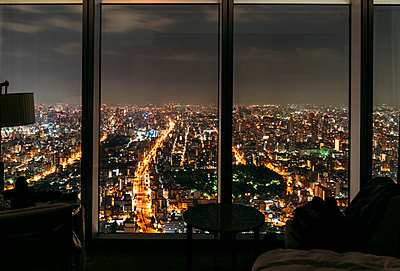 Japan, Osaka Prefecture, Osaka, City at night seen from hotel room - p300m2202589 by klublu