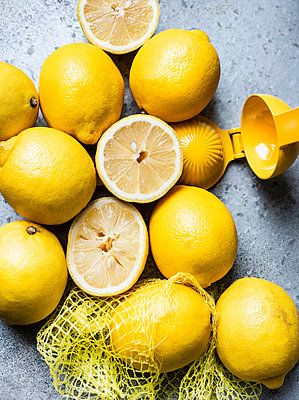 Lemons in grid with squeezer - p429m2036801 by Magdalena Niemczyk - ElanArt