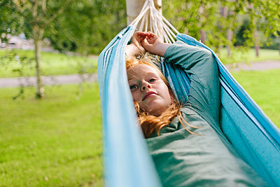 Red-haired girl in hammock relaxing - p586m1109405 by Kniel Synnatzschke