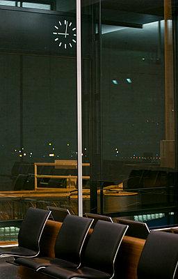 flughafen bei nacht - p627m671110 by Hendrik Rauch
