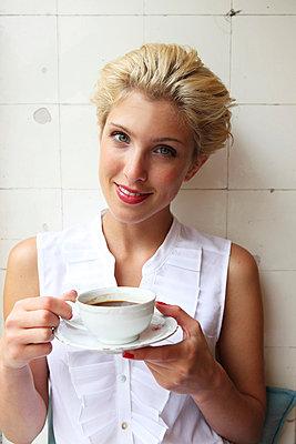 Junge Frau in einem Café - p045m826059 von Jasmin Sander