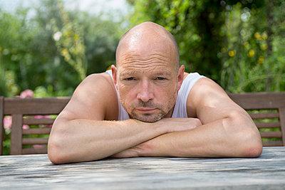 Mann im Garten - p427m917898 von R. Mohr