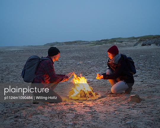 Lagerfeuer am Strand - p1124m1090484 von Willing-Holtz