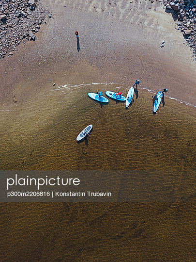 Aerial view of surfers on sandy bank of Teriberka River - p300m2206816 by Konstantin Trubavin