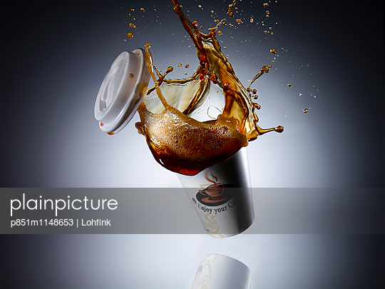 Fallender Kaffeebecher - p851m1148653 von Lohfink