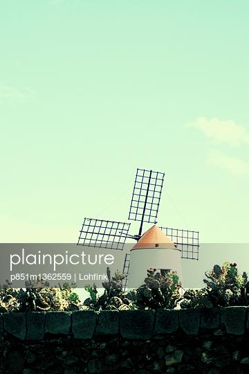 Windmühle auf Lanzarote - p851m1362559 von Lohfink