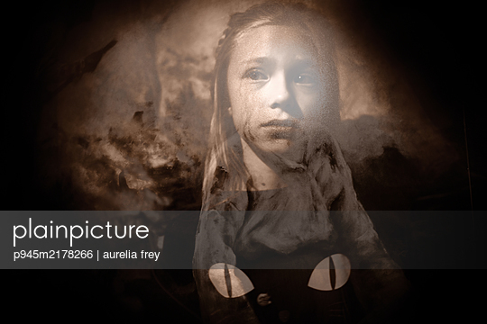 Cat eyes and a bewildered girl, multiple exposure - p945m2178266 by aurelia frey