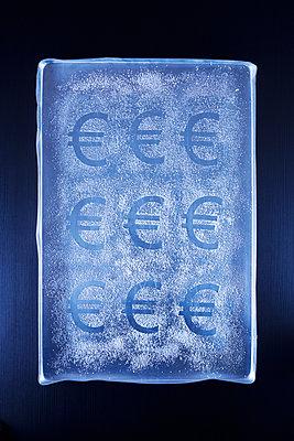 Euro in Puderzucker - p1149m2027075 von Yvonne Röder