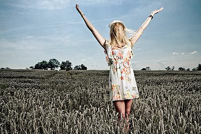 Junge Frau im Getreidefeld - p1221m1055942 von Frank Lothar Lange