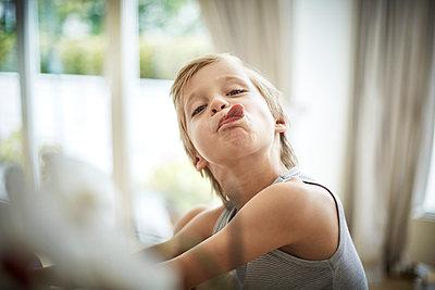 Junge streckt die Zunge heraus - p1359m1221696 von Great images