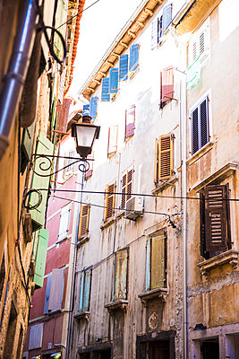 Croatia, Istria, Rovinj, facades of houses at old town - p300m1487459 by Roman Märzinger