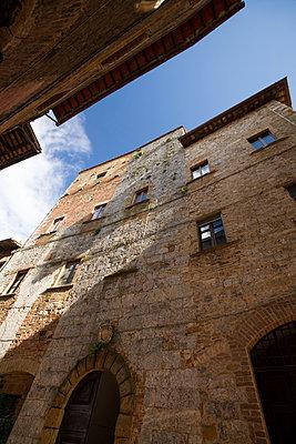 Italy, Tuscany, San Gimignano, Row of houses - p300m941012f by Mandy Reschke