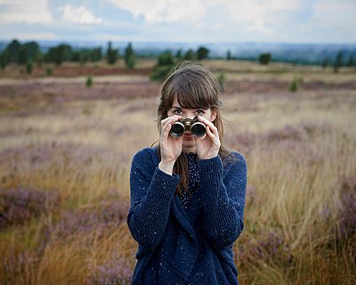 Woman with binoculars - p1124m931796 by Willing-Holtz