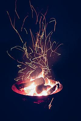 Lagerfeuer mit Funkenflug - p1600m2215441 von Ole Spata