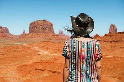USA, Utah, Woman with cowboy hat enjoying the views in Monument Valley - p300m1587939 von Gemma Ferrando