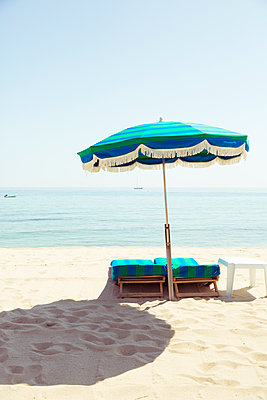 Verlassene Sonnenliegen am Strand von Saint Tropez - p432m1584424 von mia takahara