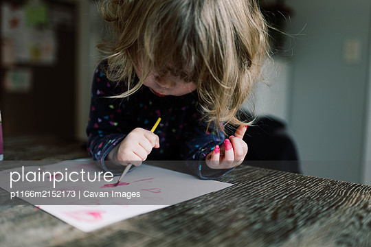 Little girl having a ball painting with her mother. - p1166m2152173 by Cavan Images