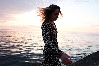Frau am Meer - p1363m2134662 von Valery Skurydin