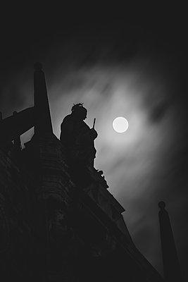 Dogenpalast Statue bei Vollmond, Venedig - p1493m1584736 von Alexander Mertsch