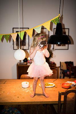 Kleines Mädchen auf einem Tisch  - p941m1559809 von lina gruen