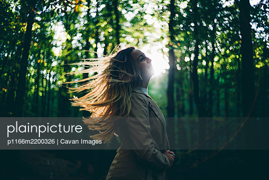 Pretty girl poses in the nature - p1166m2200326 by Cavan Images