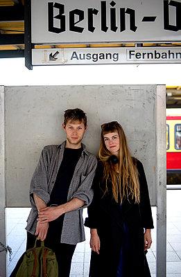 Junges Paar am Bahnhof - p1212m1138869 von harry + lidy