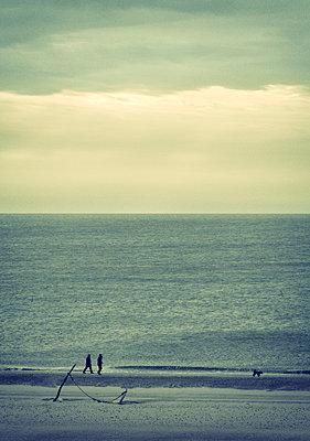 Zwei Menschen am Meer - p1443m1502110 von SIMON SPITZNAGEL
