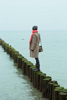 Nachdenkliche Frau am Meer - p432m779068 von mia takahara
