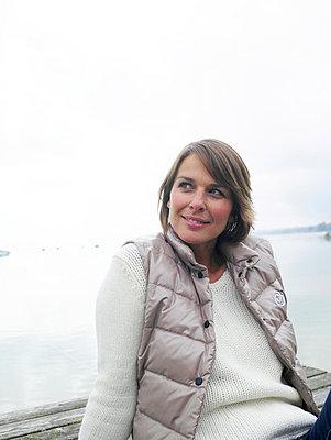 Frau sitzt auf einem Steg  - p6430080 von senior images
