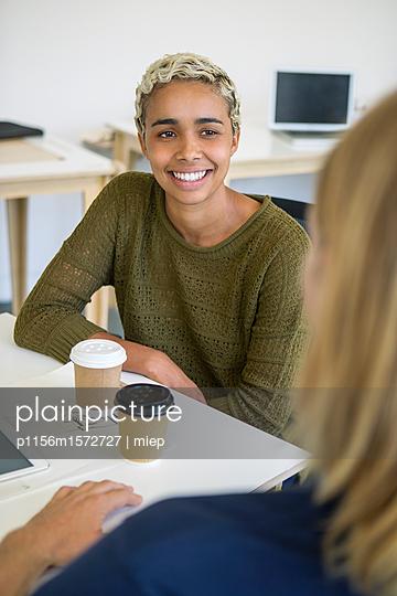 Lächelnde Frau im Gespräch mit einem Kollegen - p1156m1572727 von miep