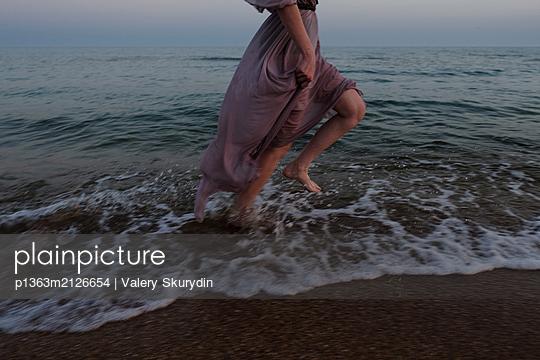Woman running on beach  - p1363m2126654 by Valery Skurydin
