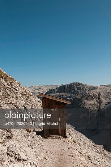 Toilettenhäuschen in den Dolomiten - p470m2020340 von Ingrid Michel