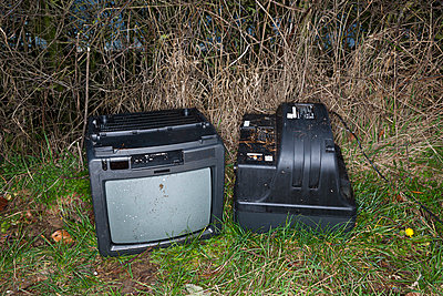 Weggeworfene Fernseher - p1057m856397 von Stephen Shepherd