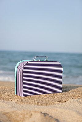 Koffer am Meer - p505m1108403 von Iris Wolf