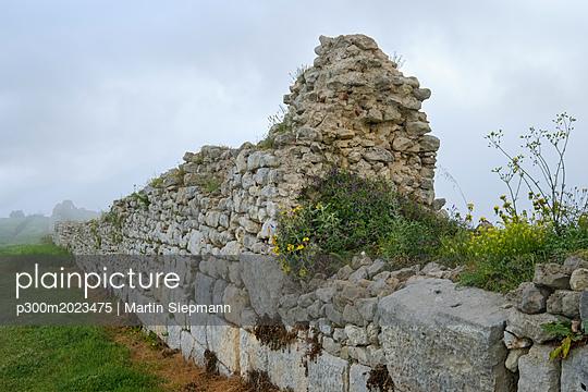 Albania, Fier County, ancient city Byllis, city wall - p300m2023475 von Martin Siepmann